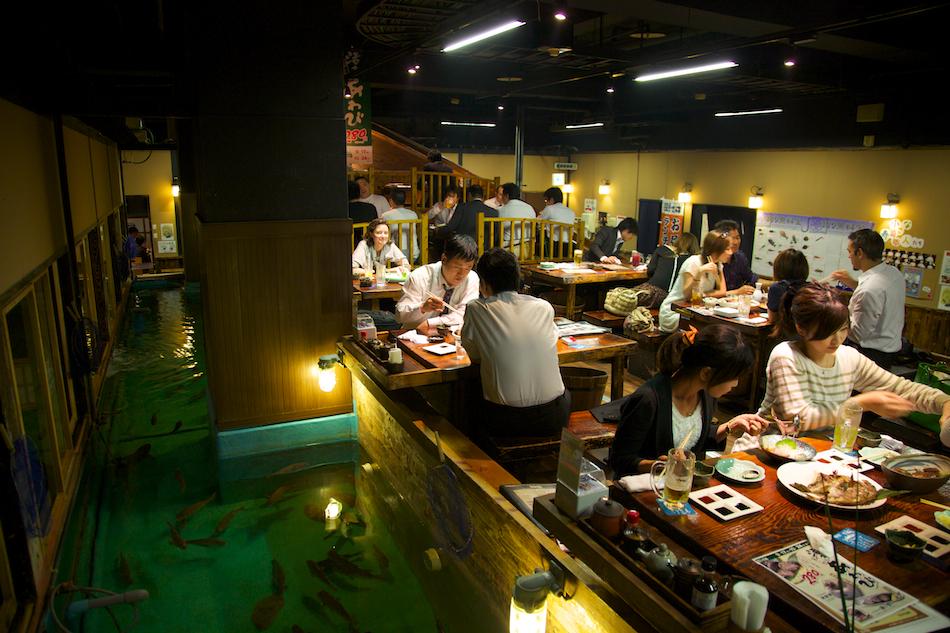 Au Japon, péchez votre propre poisson dans un restaurant