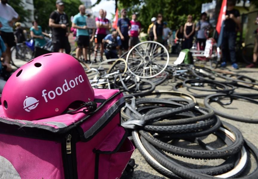2000 livreurs à vélo sur la paille avec la chute de Foodora